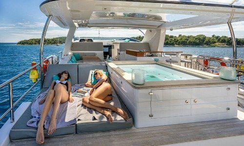 wie man eine luxus yacht intelligent besitzt. Black Bedroom Furniture Sets. Home Design Ideas